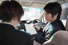車内で資料を確認する探偵