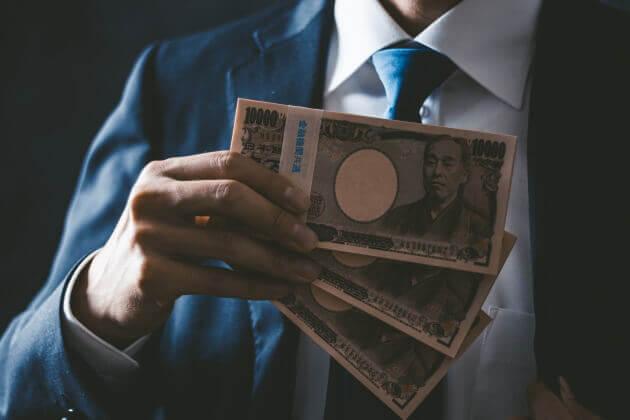 紙幣を手にする男性